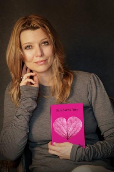 الیف شافاک - نویسنده رمان ملت عشق