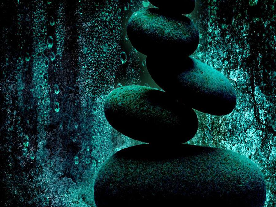 سنگی بر سنگ های دیگر در زیر آب های زندگی