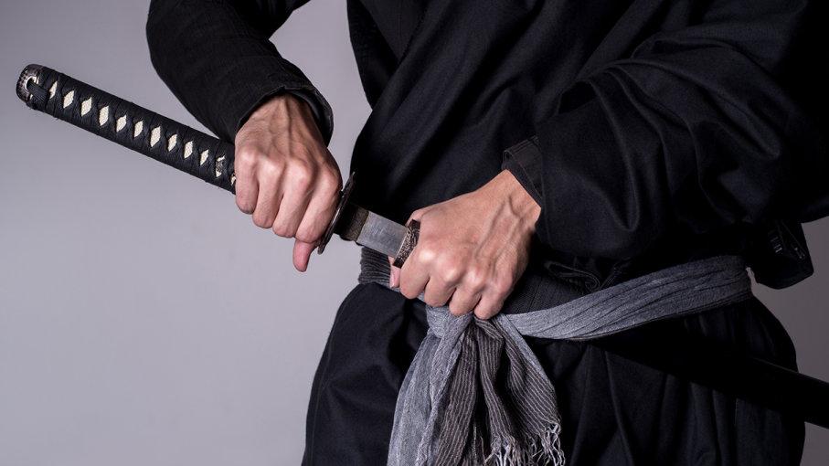 من دوستارِ دلیرانام: اما شمشیرزنی بس نیست. باید دانست که را به شمشیر باید زد!
